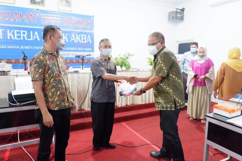 Pemberian Penghargaan Dosen oleh Ketua Yayasan Pendidikan Kartini